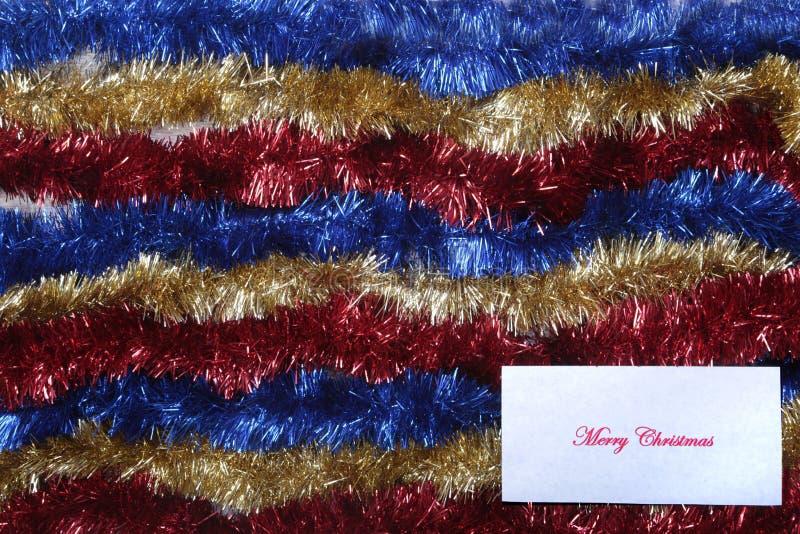 Branco isolado decoração do Natal Caixas de presente vermelhas e douradas com três a bola, ornamento floral Vista superior Compos imagens de stock