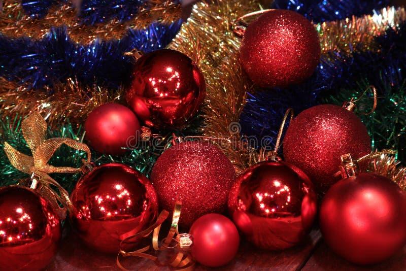 Branco isolado decoração do Natal Caixas de presente vermelhas e douradas com três a bola, ornamento floral Vista superior Compos imagem de stock