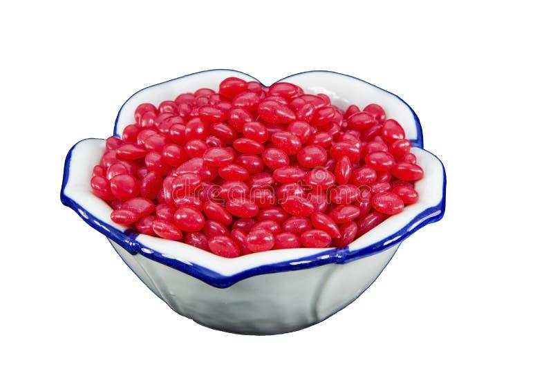 Branco isolado dos doces da canela bacia vermelha imagens de stock royalty free