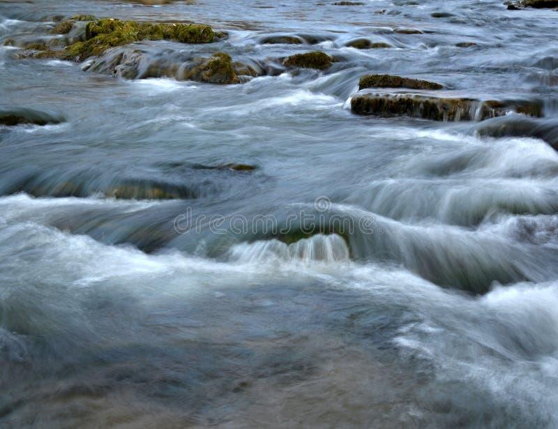 Branco selvagem os fluxos do rio foto de stock