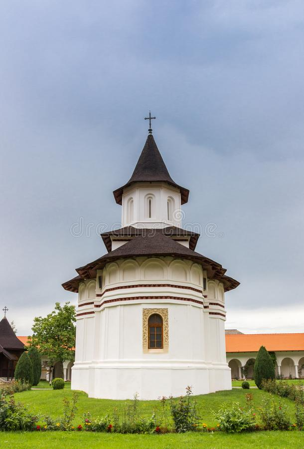 Brancoveanu修道院的白色教会在Sambata de Sus 免版税库存图片
