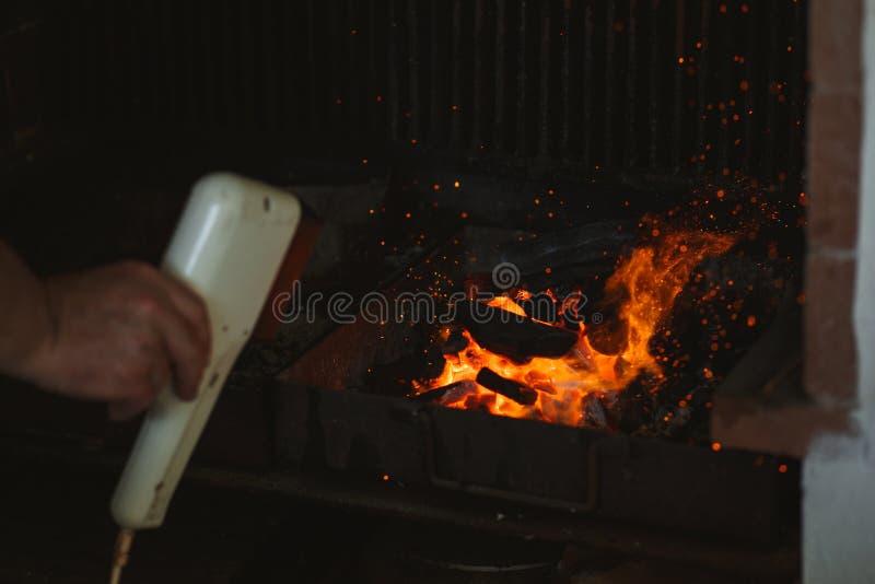 Brand av en grillfest med brinnande aska på luften royaltyfri bild