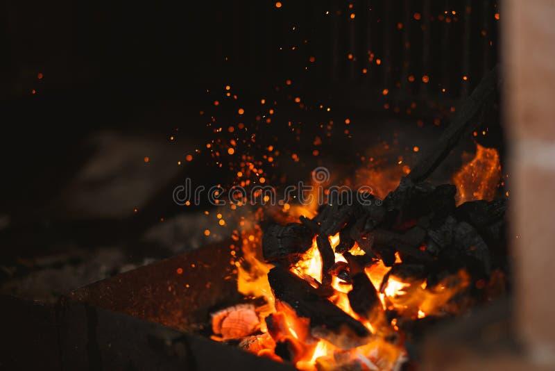 Brand av en grillfest med brinnande aska p? luften arkivfoton