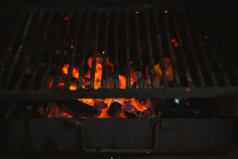 Brand av en grillfest med brinnande aska p? luften royaltyfri foto