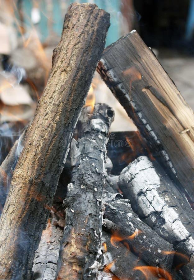 brand Closeup av högen av träbränningen med flammor i spisen arkivfoton