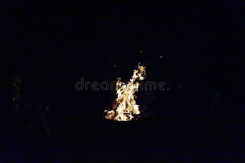 Brand in de donkere nacht stock fotografie