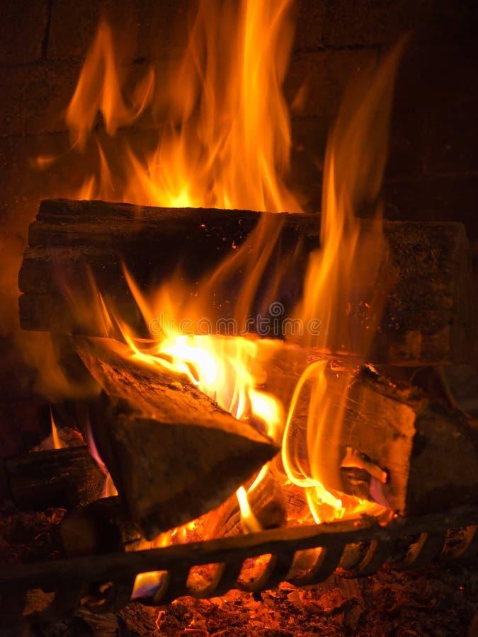 Brand in de open haard stock fotografie