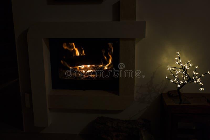 Brand in de open haard Warm huis royalty-vrije stock fotografie