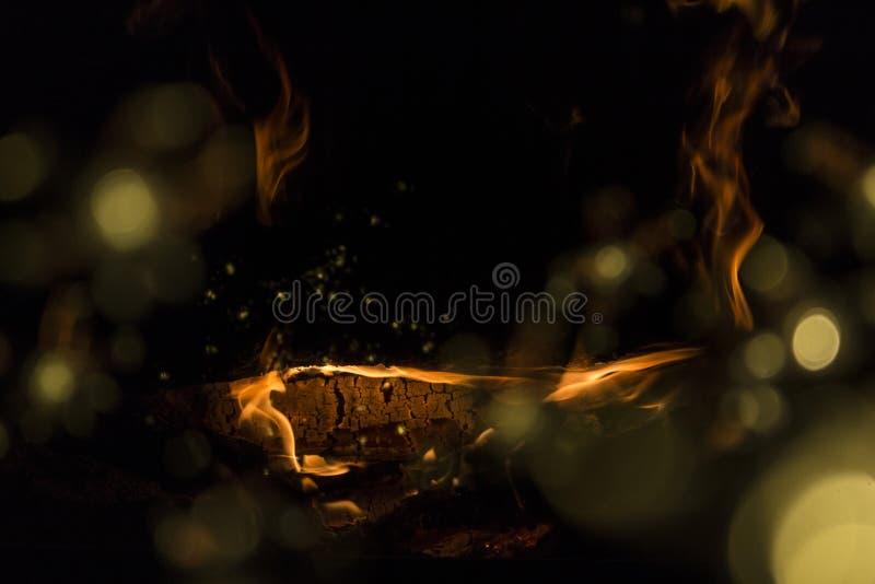 Brand in de open haard Warm huis stock foto