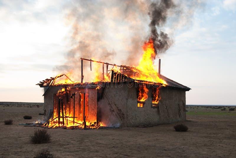 Brand in een verlaten huis stock afbeelding