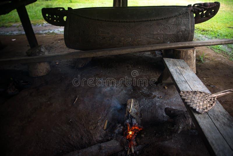 Brand en houten onderwerp om een ander dorp in geval van nood te roepen stock fotografie