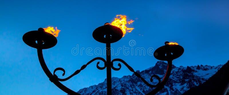 Brand en vlam van drie toortsen die in de nacht branden royalty-vrije stock foto