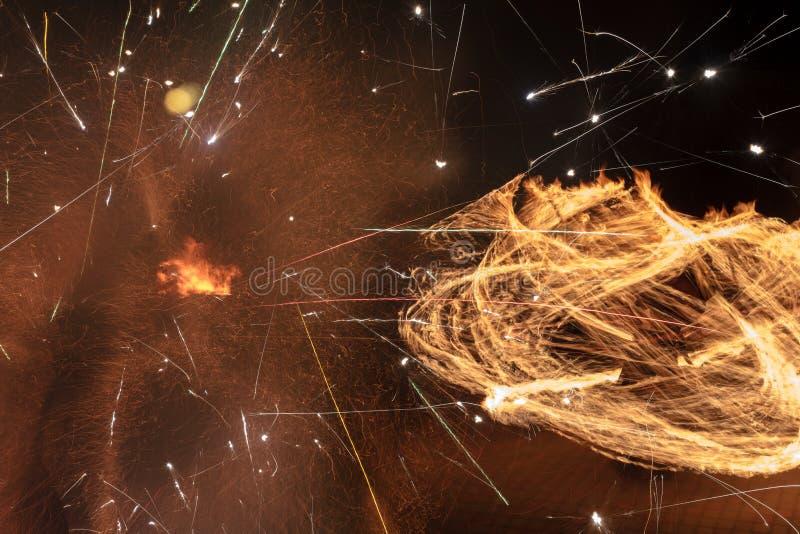 Brand flammar med gnistor på en svart bakgrund arkivbilder