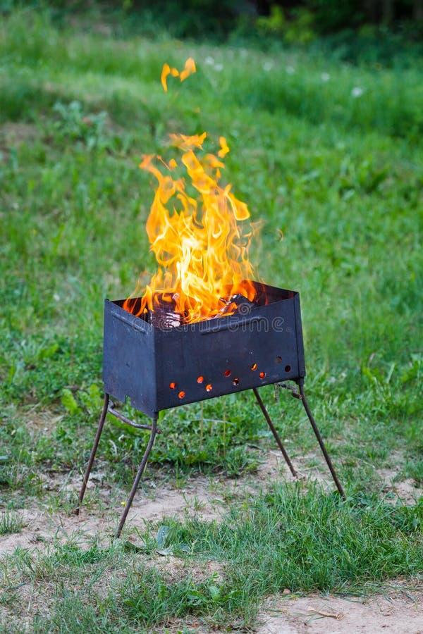Brand flammar på ett galler royaltyfri bild