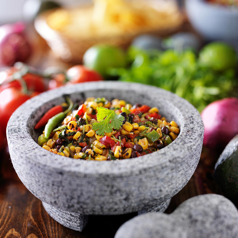 Brand geroosterd graan en zwarte boonsalsa stock foto