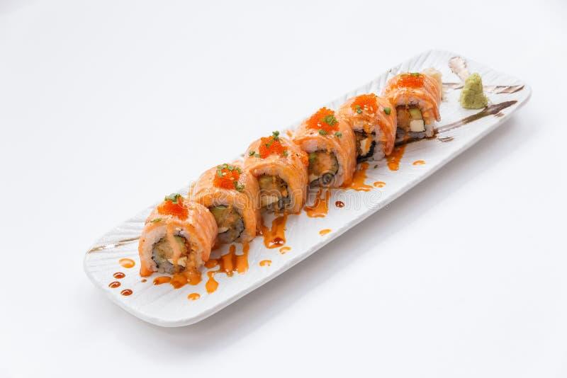 In Brand gesetzter Salmon Maki Sushi mit Garnelen-Tempura, Avocado und Käse nach innen Spitze mit Soße, Ebiko-Garnelen-Ei und Sch lizenzfreie stockfotografie
