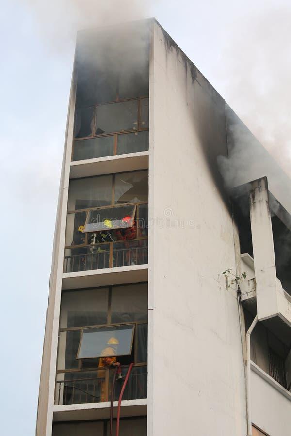 Brand het branden en zwarte rook stock fotografie