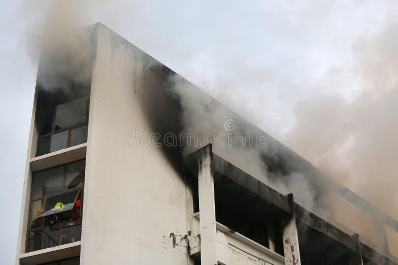 Brand het branden en zwarte rook royalty-vrije stock fotografie