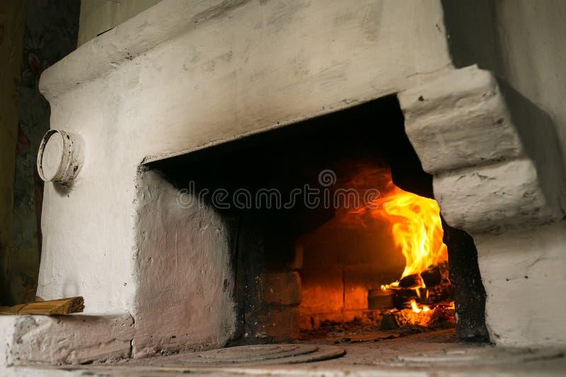 Brand in het Russische traditionele fornuis royalty-vrije stock foto