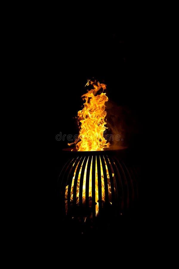 Brand houten-brandt fornuis donkere nacht stock fotografie