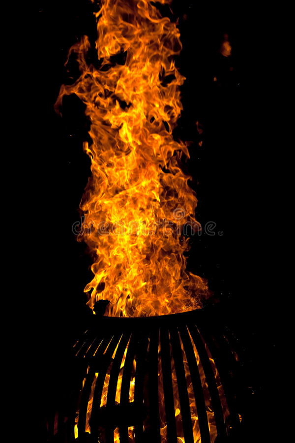 Brand houten-brandt fornuis donkere nacht royalty-vrije stock foto's