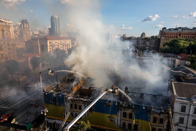 Brand i ettberättelse hus i Kiev royaltyfri fotografi