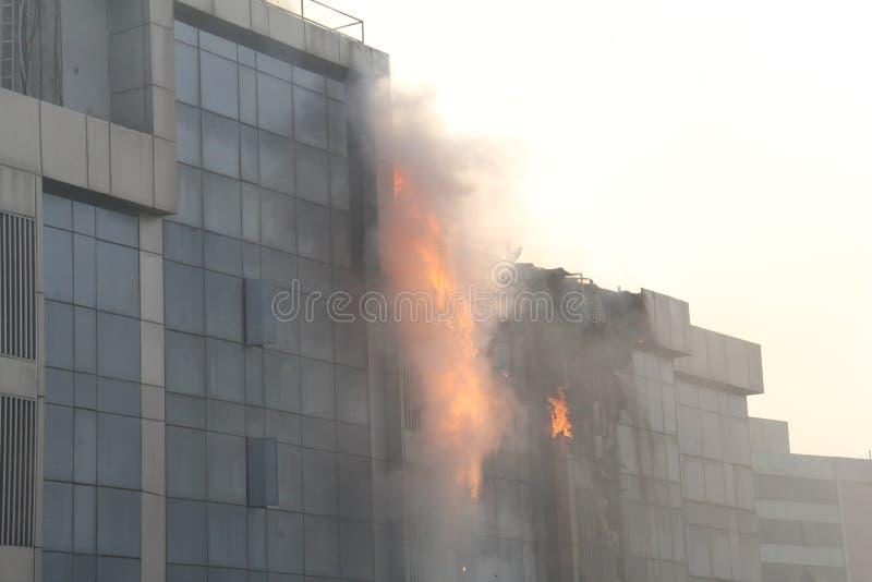 Brand i hög löneförhöjningbyggnad arkivfoton