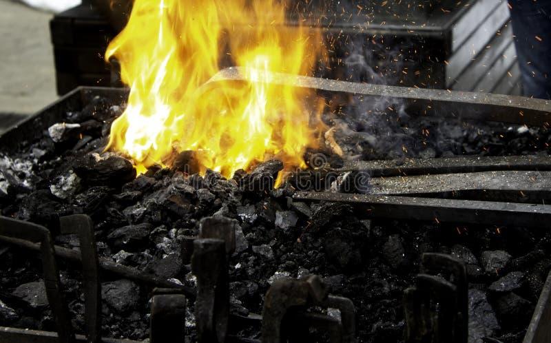 Brand i smedjan arkivbilder
