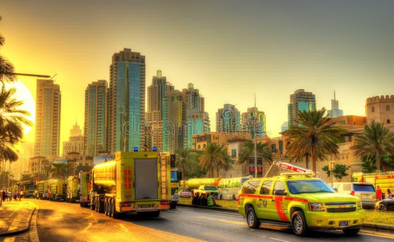 Brand och räddningstjänster nära bränning tilltalar det i stadens centrum Dubai hotellet arkivbild