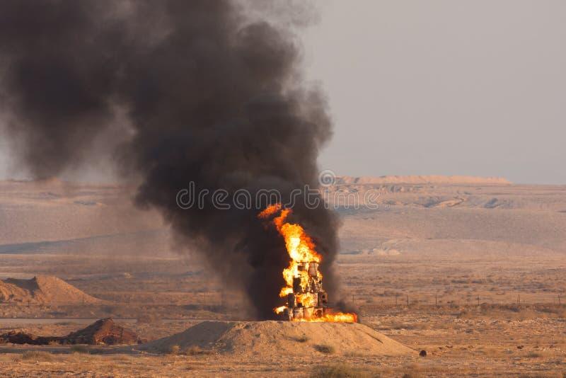 Brand- och svartrök av bränningen oljer under en demonstartion för brandmakt av de israeliska försvarstyrkorna i den Negev öknen royaltyfria bilder