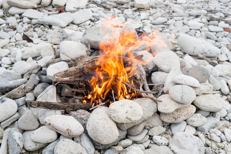 Brand op het strand stock fotografie
