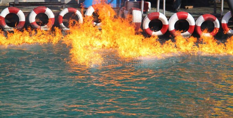 Brand op water dichtbij bootpost stock fotografie