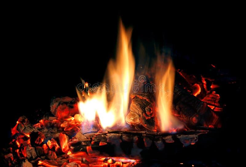 Brand in open haard stock afbeelding