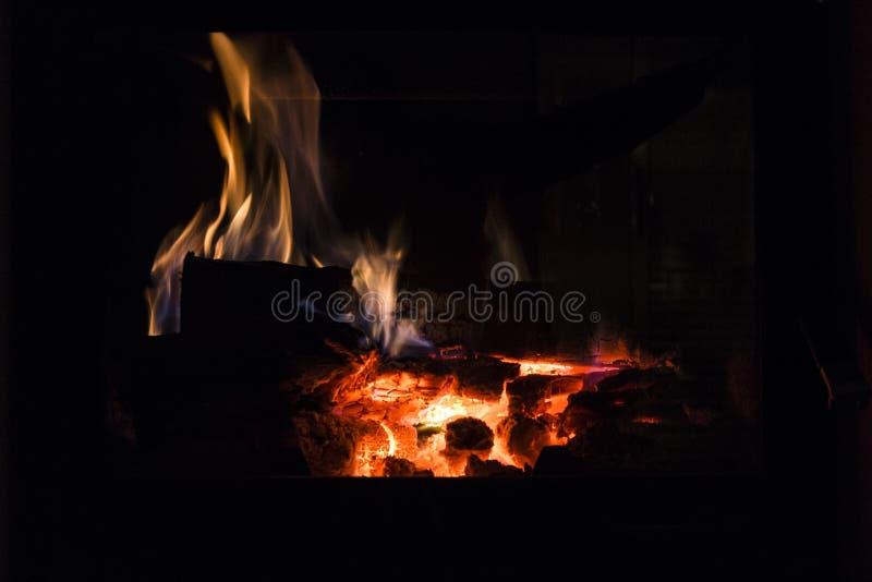 Brand in open haard Warm huis stock afbeeldingen