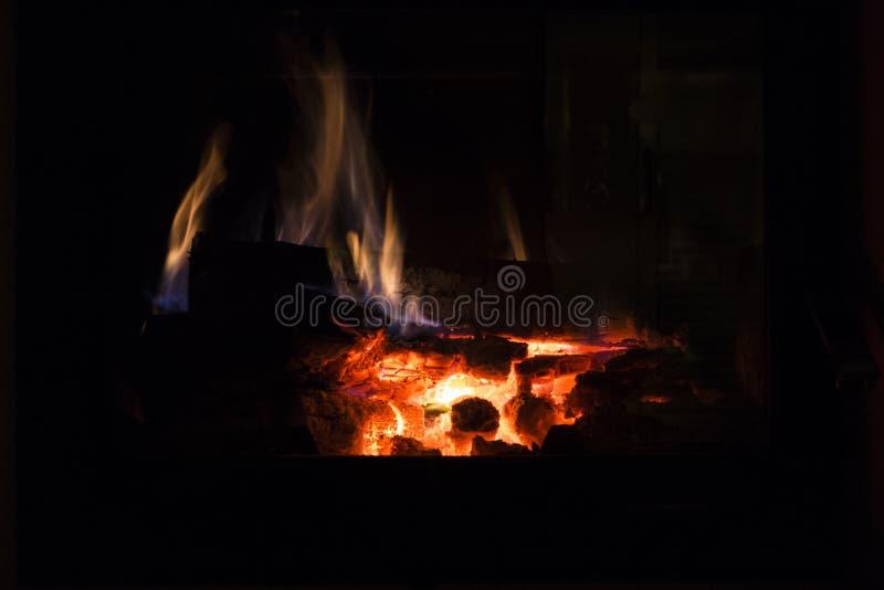 Brand in open haard Warm huis royalty-vrije stock afbeeldingen