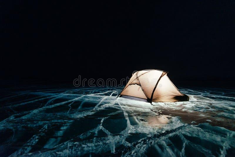 Brand på is på natten Tältplats på is Tältet står bredvid brasa baikal lake Närliggande finns det bilen Skyddtält och arkivbild