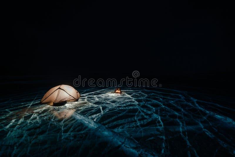 Brand på is på natten Tältplats på is Tältet står bredvid brasa baikal lake Närliggande finns det bilen Skyddtält och fotografering för bildbyråer