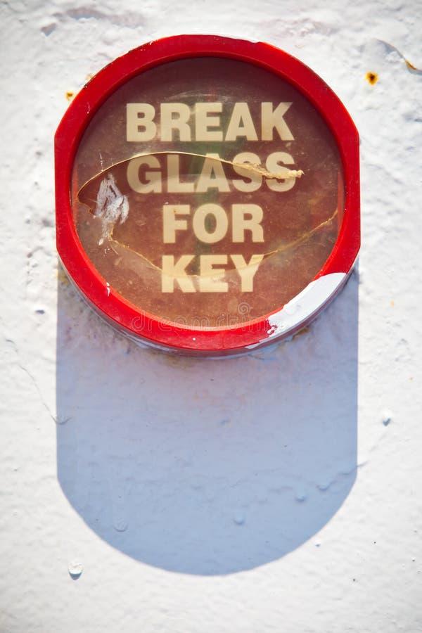 Brand Rode container met sleutel binnen om de brandpomp te gebruiken stock fotografie
