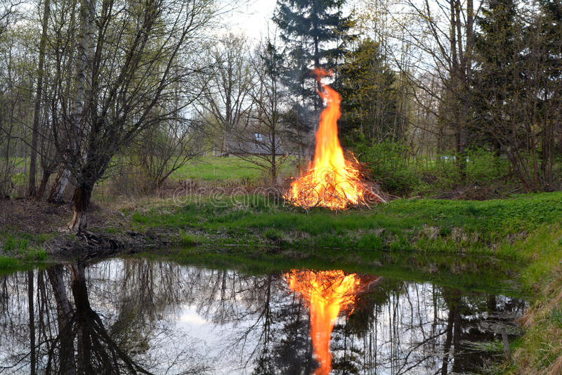 Brand som flammar på vårdammkust arkivfoto