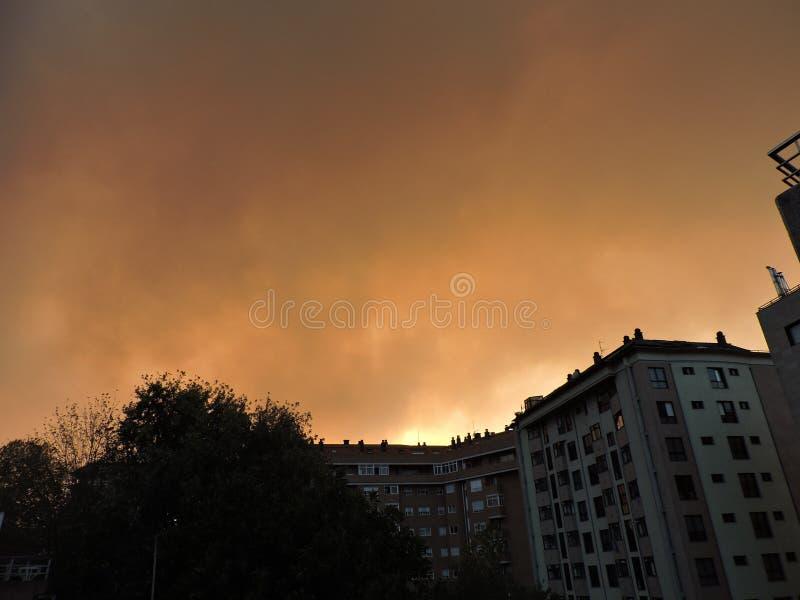 Brand som hotar staden fotografering för bildbyråer