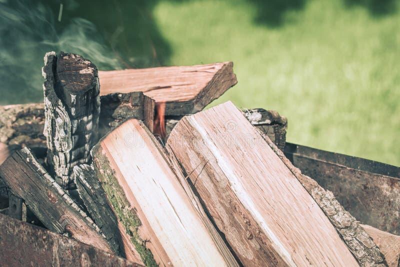 Brand, vlammen van houten sintel voor grill of bbq picknick, damp en brandhout openlucht stock foto's