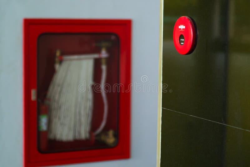 Brandalarm dichtbij deurbrand royalty-vrije stock afbeelding