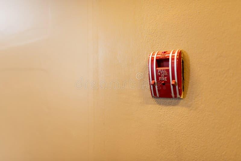 Brandalarm dichtbij deurbrand stock afbeelding
