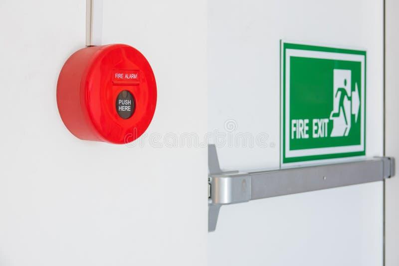 Brandalarm dichtbij deurnooduitgang stock fotografie