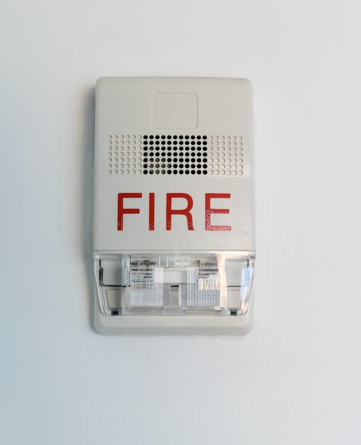 Brandalarmsirene met opvlammende lichte stroboscoop op wit stock fotografie