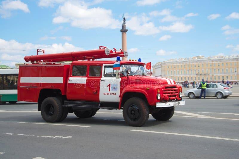 Brandauto op basis van zil-130 in motie De derde jaarlijkse parade van retro vervoer in heilige-Petersburg stock foto's