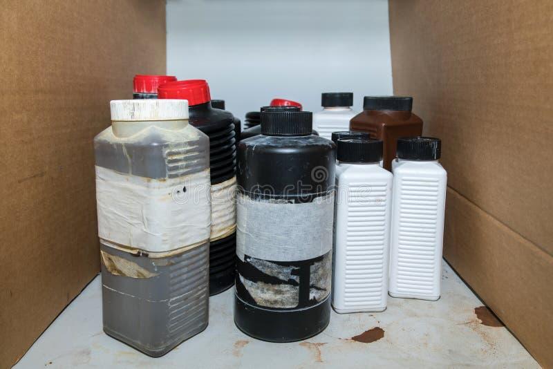 Brandbaar gevaarlijk chemisch product in plastic flessencontainers op s stock afbeelding