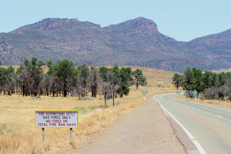 Brandbegränsningar i Flinders spänner nationalparken, Australien royaltyfri bild