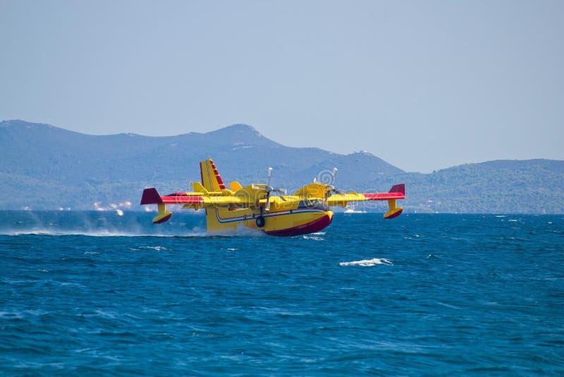 Brandbekämpningflygplan som tar vatten från havet royaltyfria bilder