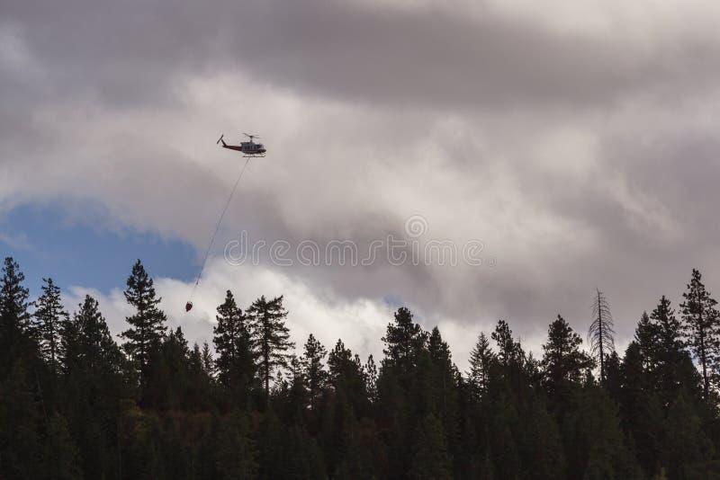 Brandbekämpninghelikopter fotografering för bildbyråer